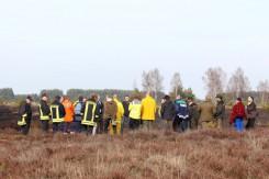 Naturschutzfachleute und Vertreter der Feuerwehr begutachten die gelungene Pflegemaßnahme
